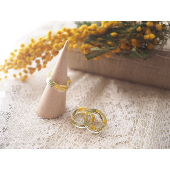可愛らしいミモザの花のリングです。春の訪れを伝えてくれる黄色いお花が、指先で可憐に輝きます。