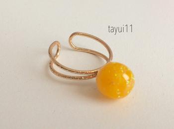 オレンジのようなレジンにオパールフレークが舞った球体の指輪です。指先でキラキラと存在感を放ってくれそうなリングですね。