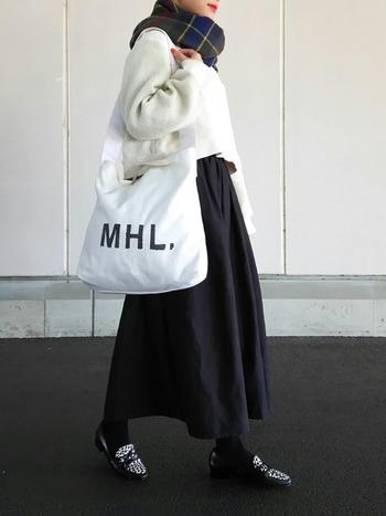 ショルダー使い出来て大容量(A4サイズ~雑誌サイズもすっぽり入る)なので、マザーズバッグとして愛用している方も多いようです。