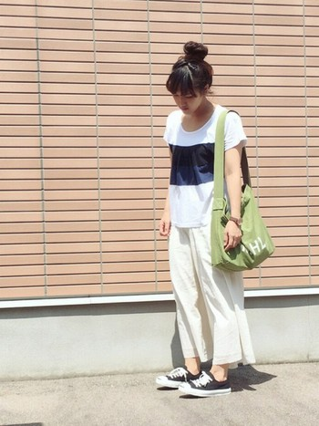 明るめのグリーンに白抜きロゴ。春夏の装いに似合う、軽やかな印象ですね。