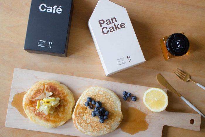 十勝産小麦100%のファームステッドのパンケーキ。北海道らしい風味が味わえる人気の一品です。十勝のはちみつや十勝のコーヒーなどとセットでお土産にするのもおしゃれですね。パッケージも、シンプルで洗練されています。