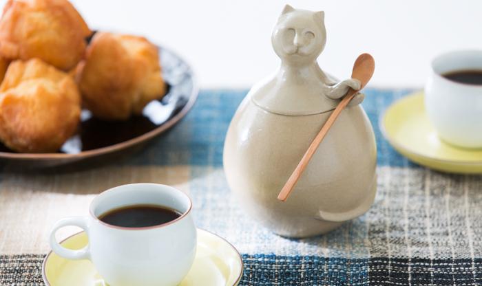 さらさらとした口当たりの良さと優しい甘みが特徴のきび砂糖(珊瑚のカルシウム入り)を、琉Q山猫の可愛いやちむん(陶器)のシュガーポットとセットに。パーティーの食後のコーヒーとともにこれが登場したら、とても盛り上がりそう。