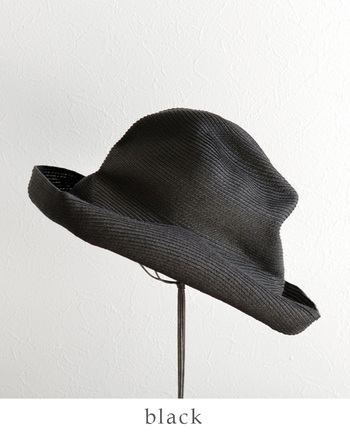自然な折りジワがデザインされたように見えるのが魅力的。つばがかなり広く、日差しをカットしてくれるという実用的な面もきちんとしている帽子です。