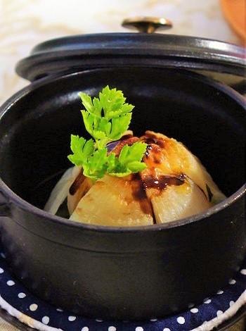 新玉ねぎを丸ごと1個、てっぺんに十字の切れ目を入れてストウブミニに入れ、蓋をしてオーブンに。味付けは塩・オリーブオイル・バルサミコソース。