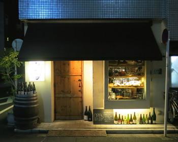 閑静なエリアに佇む小さなお店でありながら、圧倒的人気を誇る「アヒルストア」。 アヒル口のお兄さんと妹さんが営む、ほっこりする空間と美味しいワインと料理を提供しています。 人気店なだけあり、オープン前には外に開店を待つお客様の列があることもしばしば。