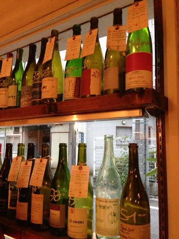 店主が選び抜いた個性溢れるワインのラインナップ。 通う度にお気に入りの味を見つけるもの楽しいですよね。