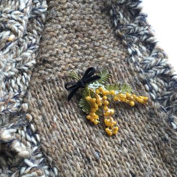 ミモザのスワッグをレジンでコーティングしたブローチです。クラシカルなお洋服に華やかさを添えてくれそうですね。