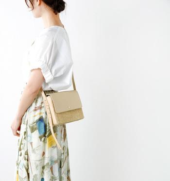 天然素材・ラフィアとレザーを組み合わせた、上品なかごのショルダーバッグ。マチがついているので、長財布や大きめのスマートフォンも入ります。