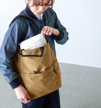 一見スリムなのに、実はたっぷりと収納できる、ナイロン地のトートバッグ。正面のポケットは、安心のダブルジッパー。さらにサイドに2つのポケットがあり、ペットボトルなどをさっと入れるのにちょうど良い大きさになっています。