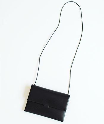 ウォレットショルダーとしても使えるほど、スリムでコンパクトなバッグは、ちょっとそこまでのお出掛けにぴったり!どんなコーディネートにも馴染む、とびきりシンプルなデザインです。