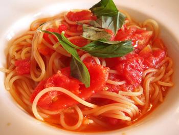 """""""今日のおすすめパスタ""""の一皿「井上牧場の真っ赤な樹熟トマトとバジルのスパゲッティ」。  井上牧場は、土作りから丁寧に農産物を育成する、庄内平野・鶴岡の生産農家です。"""