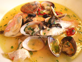 「地魚とあさり、ドライトマト煮アクアパッツァ」 思わず惚れ惚れとしてしまう程の、鯛の新鮮さ。こんな色艶の良い鯛とは中々出会えない。