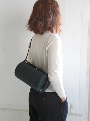 お出掛けにそっと寄り添ってくれる、ころんとしたフォルムのショルダーバッグ。お財布や携帯など、お出掛けに必要なものはしっかりと入りますよ。ストラップの長さを調節できるので、斜め掛けをしたり片方の肩から掛けたりと、その日の気分でチェンジ。