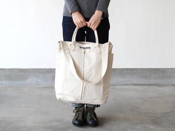 長いポケットがついた、ちょっと不思議なデザインのトートバッグ。実はこちらは、野菜を立てて入れられるようにと作られた「ベジバッグ」。しっかりとした生地なので、たくさん入れても大丈夫なんです。肩から下げることもでき、通勤や通学にもぴったり!