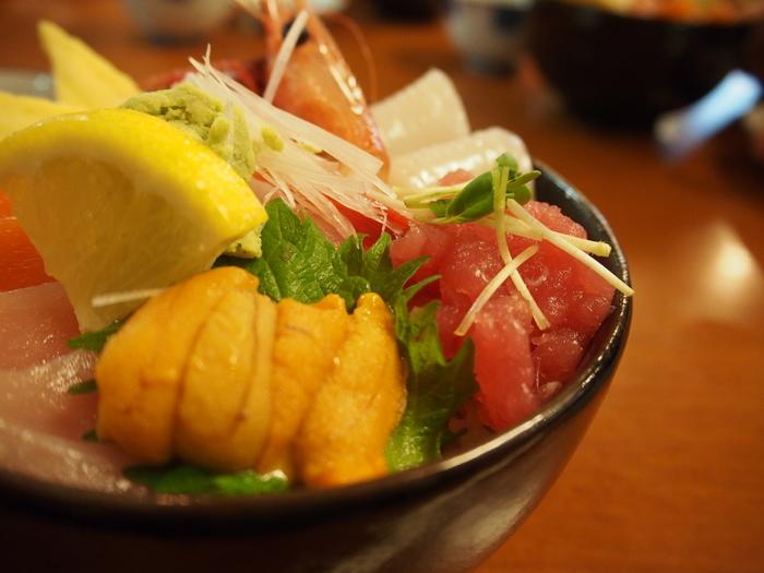 北海道では、四季を通じて様々な食材が味わえるのが魅力です。食材を生かしたグルメも人気がありますが、その街でしか味わえないB級グルメも人気があります。