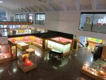 世界中から集めた木のおもちゃを展示しているミュージアムです。見学のほか、実際におもちゃで遊べる「あそびのひろば」や木のおもちゃを作ることができる「木工房ゼペット」といった体験型の施設もあります。