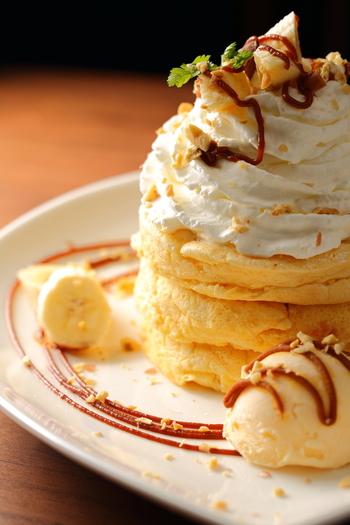 デザートメニューで人気のパンケーキです。ふわふわのパンケーキとたっぷりの生クリームは大人も嬉しくなりますね。