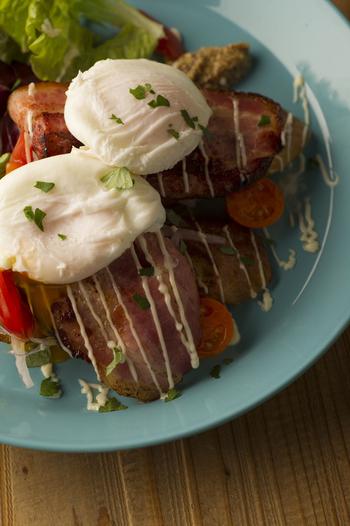 イッタラのお皿を使用し、目でも楽しめる料理が提供されています。エッグベネディクトやパスタなど、お腹をしっかりと満たしてくれるメニューが揃っています。