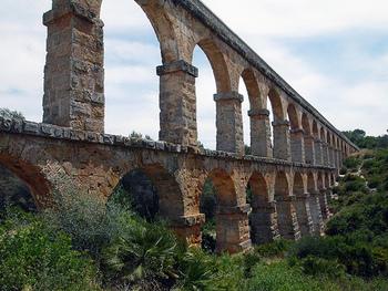 """""""悪魔の橋""""という異名をもつ「ラス・ファレラス水道橋」。アウグストゥスの時代(BC1世紀)に作られたにも関わらず、保存状態が良く現在も橋の上を歩くことができるというのも驚きです。"""