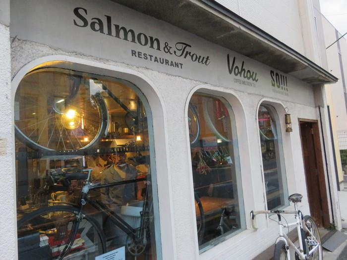 窓際に飾られた自転車が目印のレストラン「salmon&trout」。どんなお料理が出てくるかというと…モダンフレンチの香るガストロノミー!
