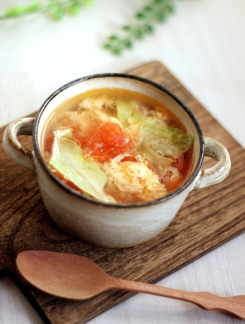 レタス・トマト・卵の、彩りが綺麗なスープのレシピ。  味付けも鶏ガラスープメインでごくシンプルですが、想像を超える美味しさ。ぜひ試してみて!