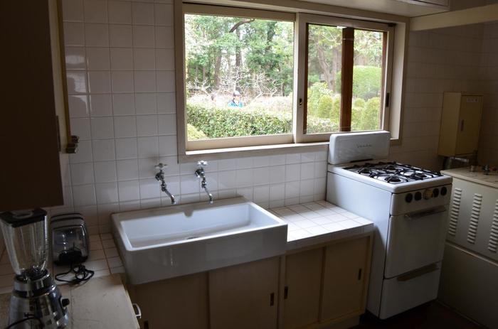 白を基調とした、当時としてはモダンなキッチン。台所は昭和31年の改修時に拡張しているので、創建当初はもっと狭かったようです。