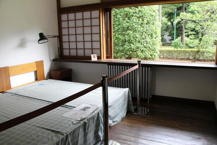 こちらは寝室。朝、気持ちよく目覚められそうな寝室ですね。
