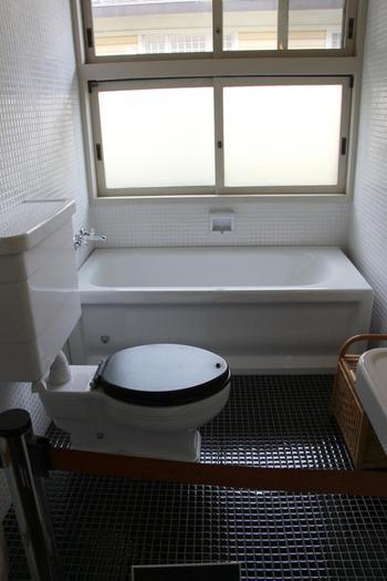黒とアイボリーの小口タイルを張った浴室。シンプルかつ衛生的で、近代的な空間は、現代芸術のアート作品のようです。現代でも全く違和感ありませんね