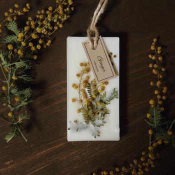 火を使わないキャンドルとも言えるアロマワックスサシェ。玄関やクローゼットに飾れば、ふとした時に癒される♪インテリアとして飾りながら香りも楽しめるなんて素敵です。生花の管理は苦手・・・という方にもおすすめですよ。