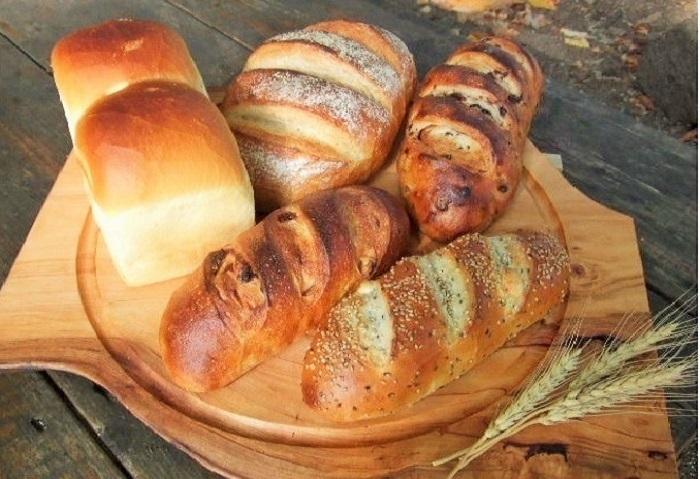 ライ麦パン、パン・ド・カンパーニュなど、どれも力強い風貌。信濃木崎エリアの「パン・ド・カンパーニュ(Live-Oak)」(後出)のパンたち。