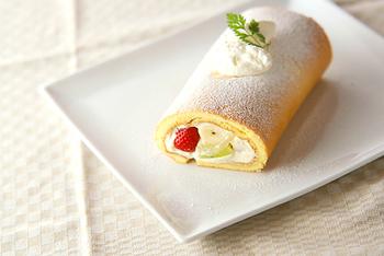 ふわふわのスフレ生地でつくるロールケーキ。中には生クリーム&カスタードクリームを合わせた滑らかな口どけのクリームと果物がたっぷり!贅沢感いっぱいのロールケーキは、持ちよりパーティーなどにもおすすめですよ♪