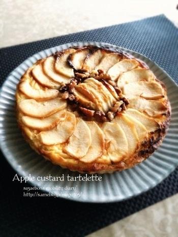 カスタードクリームとフルーティーなリンゴの組み合わせは抜群!胡桃をトッピングして香ばしさをプラス。
