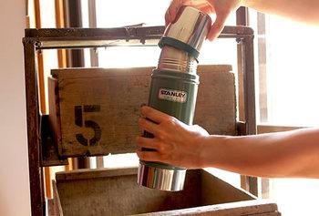 ZIPPOやアメリカ雑貨によく見られる、表面をハンマーで叩き、わざとボコボコとした質感に仕上げるハンマートンという手法が、このスタンレーにも使われています。このことで、優しく、暖かみのある手触りのボトルが出来上がります。