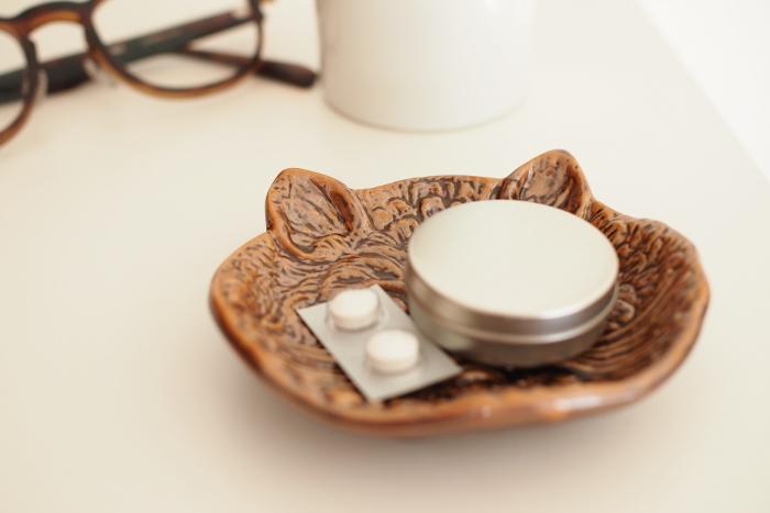 薬や鍵、ピン留めなどを乗せておいてもいいですね。生活感のあるものも、豆皿を利用することでさりげなくインテリアの一部になります。