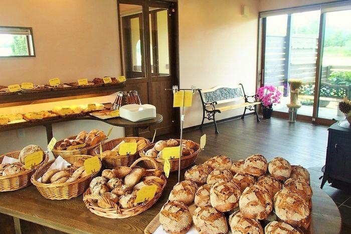 開店時に用意した40種類のパンも、お昼を過ぎると種類が少なくなってしまうとか。 お店の中は、子どもやお年寄りにも歩きやすいバリアフリ。イートインスペースもあります。