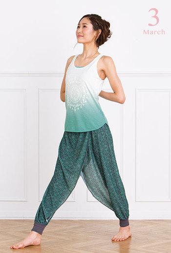 ノースリーブTシャツとレイヤードパンツは、これからの季節のヨガに最適♪さりげなく体型を隠してくれるパンツのラインが嬉しいですね。