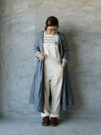 顔周りをスッキリと見せてくれるカシュクールデザインのワンピースは、前を開けて羽織りとしても◎  白のサロペットを合わせて爽やかに着こなして。