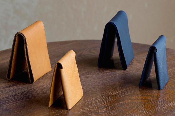国産カウレザーを使用。しっかりした厚みを持ちながら、細部に丸みを持たせたデザイン。