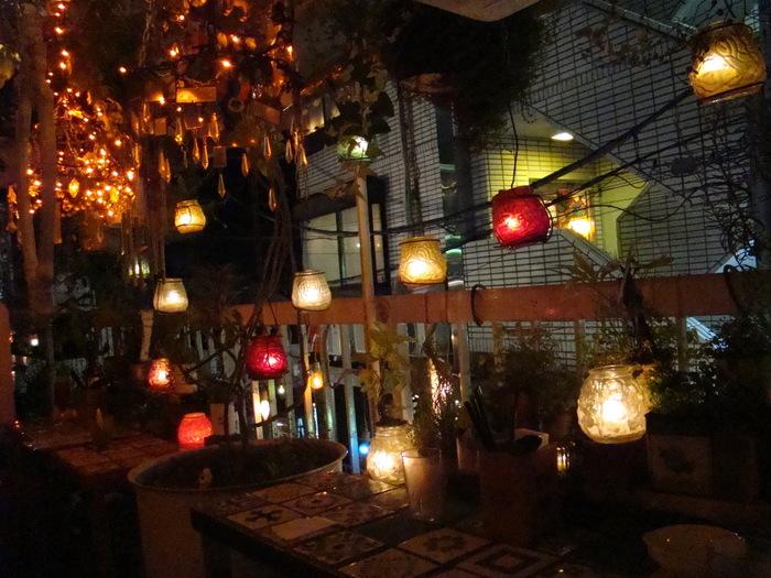 おうちのベランダやテラスを「フェアリーライト」で飾って、外の空気を吸いながら、お茶や読書をすることも素敵ですね。静かな夜の、ささやかでちょっと贅沢な過ごし方です。