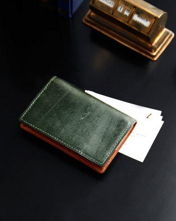 イタリア最高級の革を使い、大きすぎない必要十分な容量を持たせたビジネスバッグや、美しい革のパスケース、印象的なデザインの名刺入れなどがそろいます。