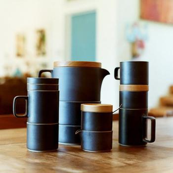 マグカップをはじめ、それぞれのアイテムの直径が同じで、積む収納が可能。シンプルなデザインでありながら、機能性にも優れています。