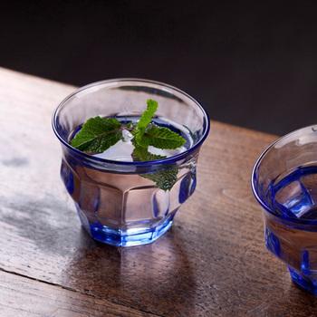 TIPSYとは「ほろ酔い」という意味。酔ったときに歪んで見える視覚をそのまま表現したような、ぐにゃりとしたユニークな形は、スイス人デザイナー「LORIS&LIVIA」によるデザイン。