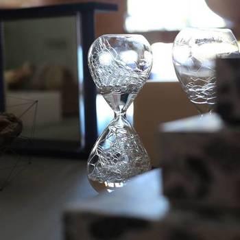 awaglass(アワグラス)は、まさに「泡時計」。美しいだけでなく、ストーリー性のあるモノづくりを心がけるデザイナー・寺山紀彦さんのスタジオノートの作品です。