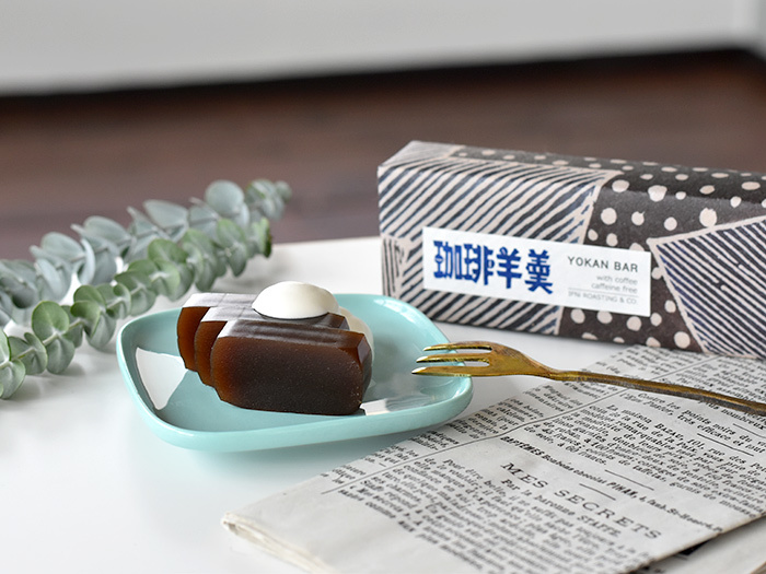 コーヒー通から高い評価を受けている静岡の焙煎コーヒーの店「IFNi ROASTING&CO.」。カレインレスの豆を使った珈琲羊羹は、和洋ミックスの濃厚な風味が人気。細かく削ったコーヒー粉があんこに入っています。クリームをたらしてカフェオレ風にするのも美味。