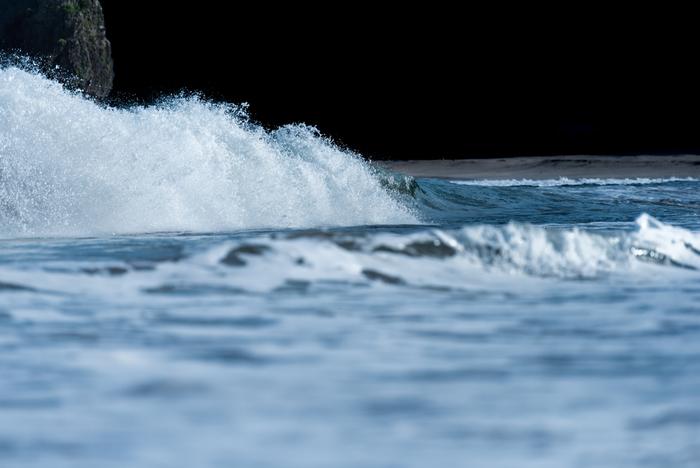 伊豆半島の南端、下田市内の「田牛」の海蝕洞、「竜宮窟」。 海蝕洞とは、波の浸食作用によって出来た洞です。