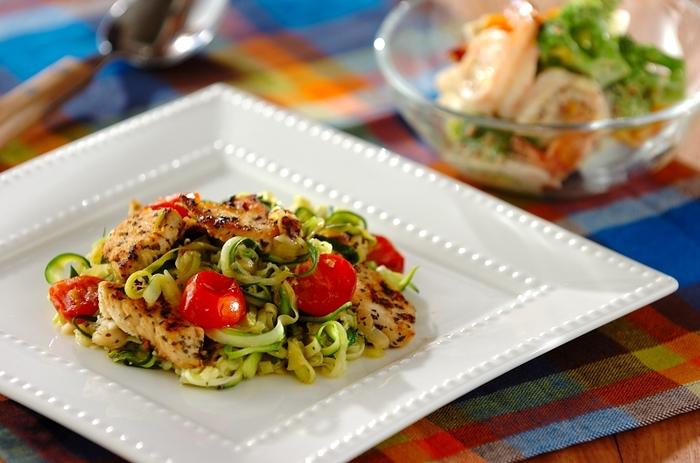 ズッキーニと鶏肉のさっぱり系ベジパスタ。レモン汁できりりと味をととのえて。トマトも彩りのアクセントに。