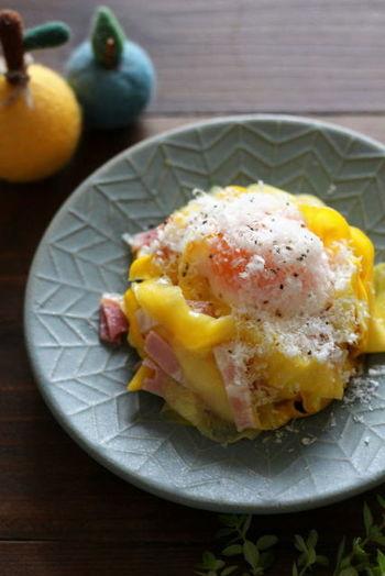 レモンの爽やかさと温泉卵の濃厚さが不思議とマッチするベジパスタ。ズッキーニはうす~くスライスすれば、生のままでOKです。