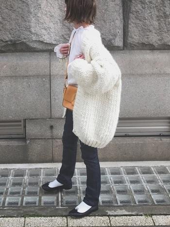 白はカジュアル派にも最適! ざっくりと編んだオーバーサイズのカーデを細身のデニムに合わせて。トレンドの袖フリルブラウスとバレエシューズで甘さをプラスすれば、MIXコーデの完成です。