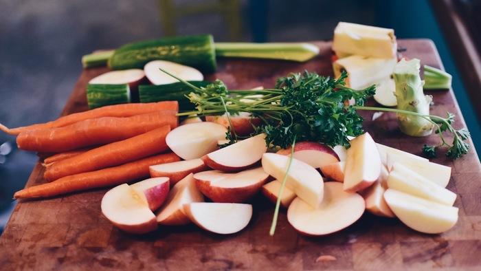 """ヘタや皮がお出汁に。野菜くずで作る""""ベジブロス""""で、料理をもっと美味しく。"""