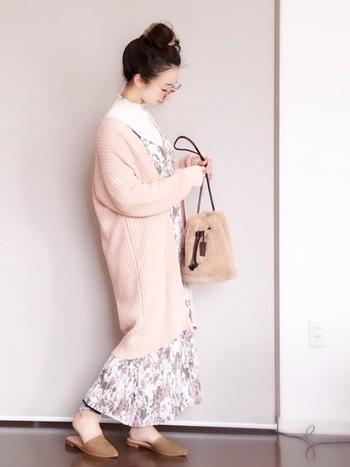 トレンドの花柄のワンピースに合わせるのもおすすめ。バッグや靴もベージュの淡いトーンでまとめて。